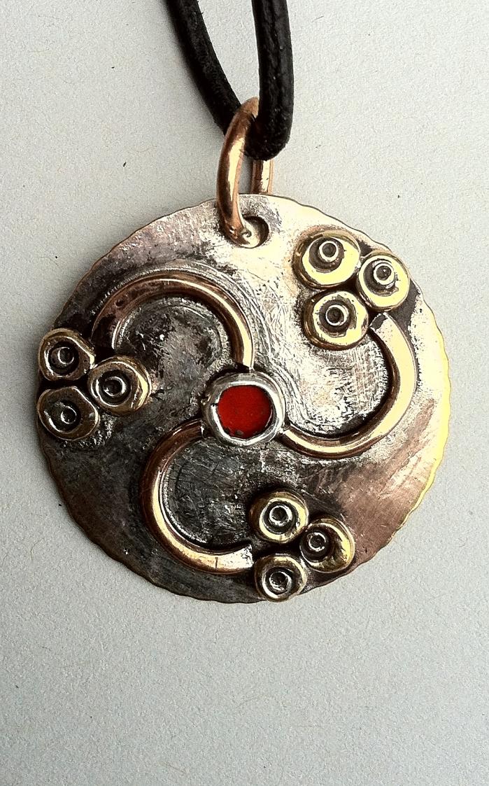 Anhaenger_Germanen_Sonnenwirbel_Messing_Bronze_Carneol