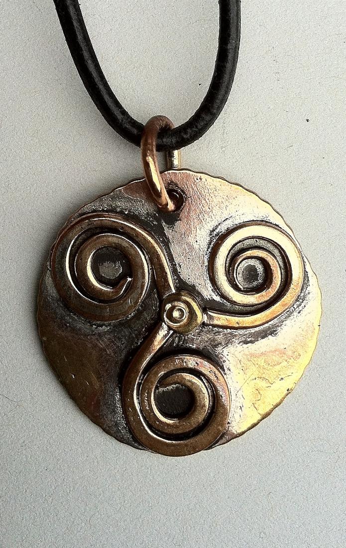 Anhaenger_Kelten_Triskele_Messing_Bronze