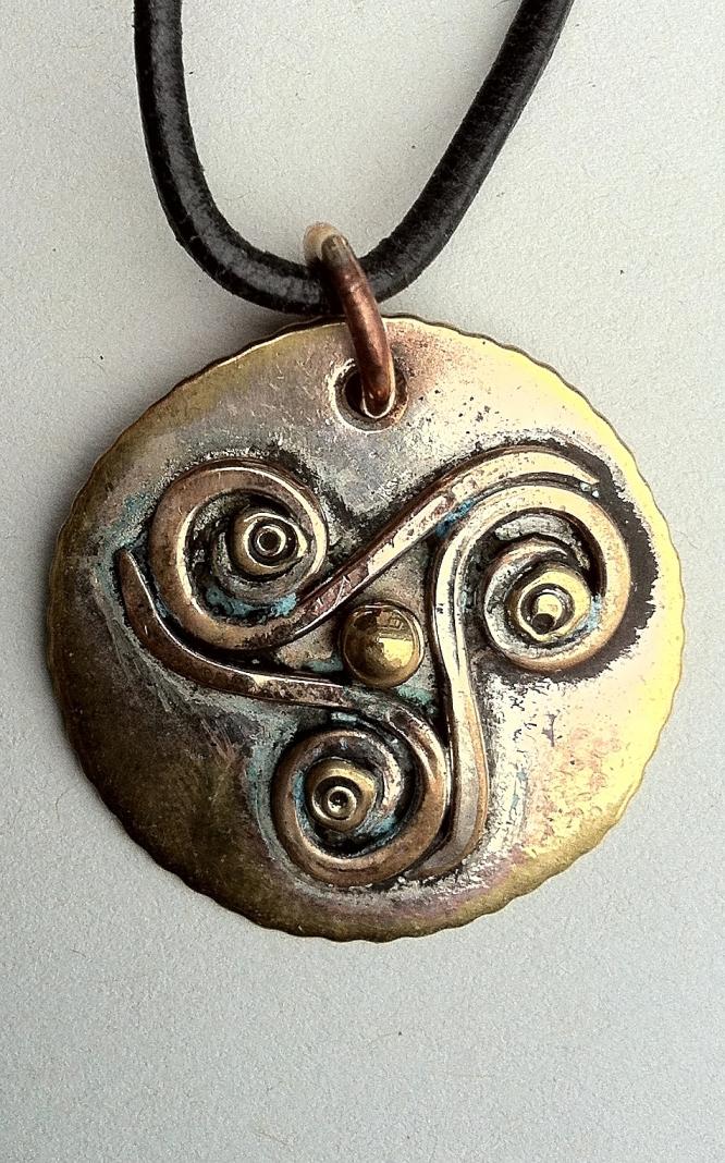 Anhaenger_Triskele_Kelten_Messing_Bronze